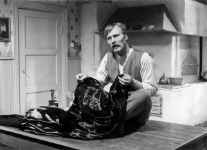 Räätäli Halme (Kalevi Kahra) elokuvassa Täällä Pohjantähden alla (1968).