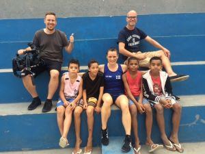 Brasilialaisia poikia Rio favelassa ja nyrkkeilijä Mira Potkonen, sekä kuvaaja Petteri Lappalainen ja toimittaja J. P. Pulkkinen