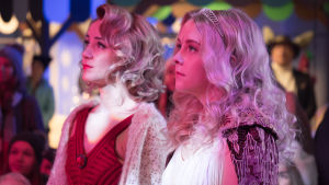 Kuvassa Sonja Ollila (Hennariikka Laaksola) ja Iris Rainio (Amelie Blauberg).