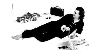 Man ligger på golv med dagstidning