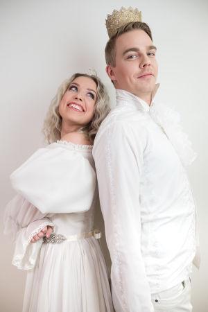 Kuvassa Krista Kortelainen (Thelma Siberg) ja Reino Tuominen (Aku Sipola).