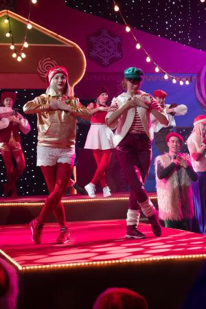 Kuvassa Uudessa Päivässä esiintyviä tanssijoita.