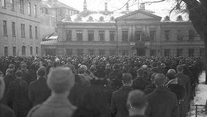 En svart-vit bild med folk som är på julfreden i Åbo