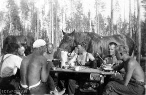Miehiä ja hevonen taistelutauolla.