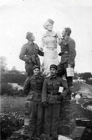 Miehiä taistelutauolla Petroskoissa.