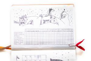 Ett häfte med ett rutsystem. Ovanför rutorna en teckning av Mumintrollen i vinterlandskap. Bredvid rutorna står det: inget socker, ingen shopping, bloggat, instagram, fotograferat, sovit 8 timmar, tvättat håret, läsa bok.