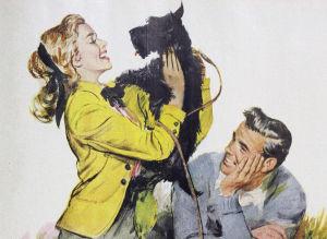 50-luvun nainen hellii koiraa, ja mies katsoo hymyillen.