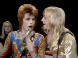 David Bowie ja Mick Ronson laulavat Starmaniä vuonna 1972. Kuvakaappaus.