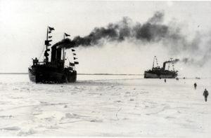 Höyrylaiva Arcturus ja jäänmurtaja Sampo Vaasan edustalla 25.2.1918.