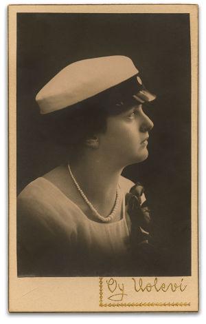 Katarina Ilves ylioppilaana 1920