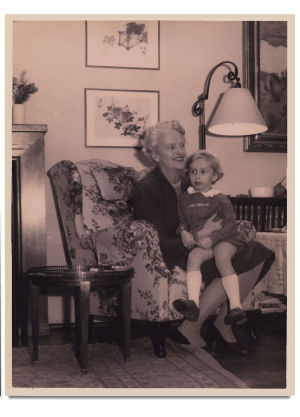 Katarina Ilves ja lapsenlapsi Hannele Ilves noin 1951.