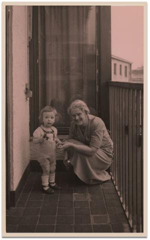 Katarina Ilves ja lapsenlapsi Juha Kilpi noin 1953.