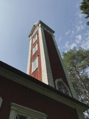 Ulkokuva palotornista, vanha punamullalla maalattu rakennus, valkoiset nurkkalaudat ja ikkunanpielet, kuvattu Varjakansaaren vanhassa sahakylässä.