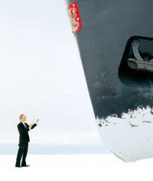 Mika Ronkaisen Huutajat -dokumentti otta tehokeinoksi liioittelun, kun kapellimestari Sirniö ohjaa kuoroa jäänsärkijän kannella ja jäällä.