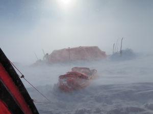 Tält i snöstorm. Allt är vitt och disigt.