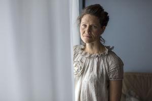 Heini Hirvonen seisoo makuuhuoneessa ja katsoo kameraan.