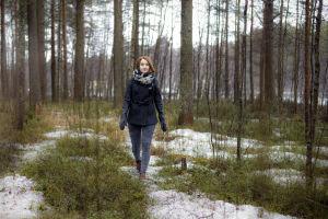 Tiia Ung kävelee metsässä.