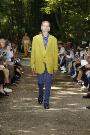 Balenciagan vuoden 2018 kevät malliston esittelykuva. Mies keltaisessa takissa.