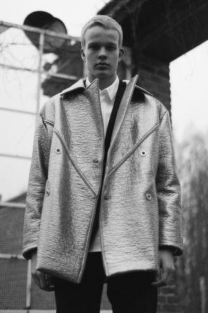 Teemu Muurimäen Formal Fridaylle suunnittelema hopeinen takki.