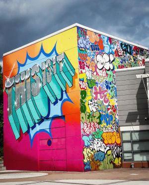 Teksti This is it! monivärisessä grafffititeoksessa Vantaan taidemuseon Artsin ulkoseinässä Myyrmäessä.