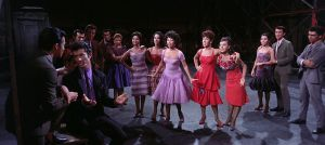 Bernardo, Anita ja muut puertoricolaiset puntaroivat Amerikan hyviä ja huonoja puolia elokuvassa West Side Story