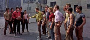 Puertoricolaiset Sharks-jengin jäsenet kohtaavat Jets-jengin koripallokentällä elokuvassa West Side Story