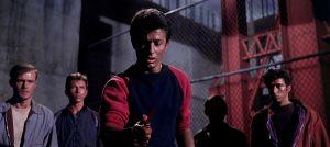 Bernardo (Richard Beymer) pitelee veristä veistä elokuvassa West Side Story