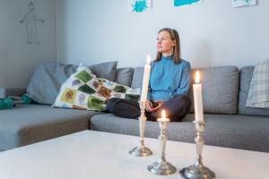 Petriikka Pohjanheimo istuu sohvalla.