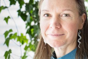 Petriikka Pohjanheimo katsoo lähikuvassa kohti kameraa ja hymyilee.