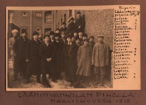 Miehiä Viipurin lääninvankilan pihalla maaliskuussa 1918.