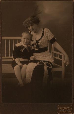 Aino Ackté ja poikansa Mies Heikki.