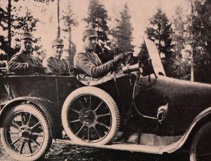 Luutnantit Ward ja Hart sekä tohtori Johansson autossa 1918.