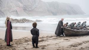 Daenerys Targaryen ja Tyrion Lannister Lohikäärmekiven rannalla. Jorah Mormonto veneen luona.