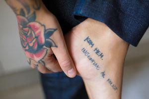 """Lähikuva Natalia Tolmatsovan """"Kom hem. Ingenting är roligt."""" -tatuoinnista."""