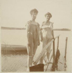 Systrarna Sanny och Alma Söderhjelm ca 1905-1910.
