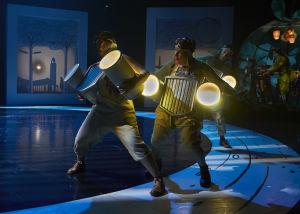 Tanssijat esittävät pimeässä kaahaavia autoja Mörköoopperassa.