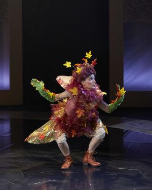 Syksyksi pukeutunut tanssija, hiuksissaan värikkäitä lehtiä. Kuvassa Sofia Hilli.