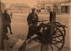 Punaisia konekiväärimiehiä Siltasaarenkadulla 12.4.1918.
