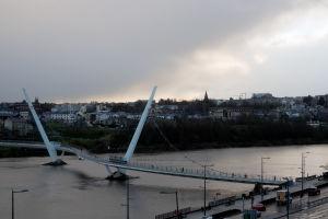 Euroopan unionin rahoittama rauhansilta yhdistää Derry/Londonderryssä kaupugin katolisen ja protestanttisen osan toisiinsa.