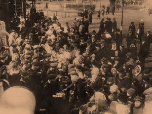 Saksalaiset sotilaat jakavat ruokaa helsinkiläisille huhtikuussa 1918.