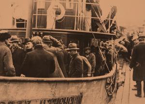 Punavankeja viedään laivalla Suomenlinnaan huhtikuu 1918.