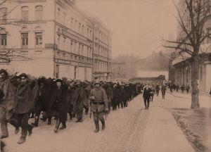 Saksalaisia sotilaat kuljettavat punavankeja Helsingissä 1918.