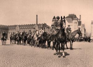 Valkokaartilaisia Helsingin Rautatientorilla 1918.