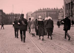 Naispunavankeja kuljetetaan helsingin keskustassa huhtikuussa 1918.