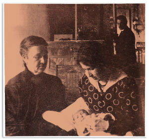Hanna Silventoinen sekä Ammi ja Sinikka Kuula. Toivo Kuula taustalla. Oulunkylä 1917.