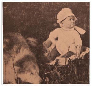 Sinikka Kuula ja Panu-koira kesällä 1918.