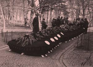 Saksalaisten sotilaiden arkkuja Vanhassa kirkkoipuistossa 16.4.1918.