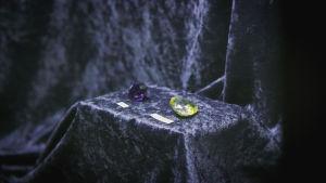 Hope ja Florentine timantit. Hope timantti on tuonut epäonnea ja osasyynä ranskan vallankumoukseen.
