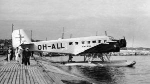 """Aero Oy:n uusi matkustajalentokone Junkers Ju 52/3m OH-ALL """"Kaleva"""" on saapunut ensimmäistä kertaa yhtiön lentosatamaan Helsingin Katajanokalle 14.7.1936. NL:n pommikoneet ampuivat koneen mereen 14.6.1940 matkalla Tallinnasta Helsinkiin."""