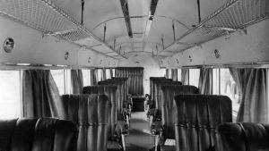 """Aero Oy:n uusi matkustajalentokone Junkers Ju 52/3m OH-ALL """"Kaleva"""" saapui ensimmäistä kertaa yhtiön lentosatamaan Helsingin Katajanokalle 14.7.1936. Kuvassa koneen matkustamo. NL:n pommikoneet ampuivat koneen mereen 14.6.1940 matkalla"""